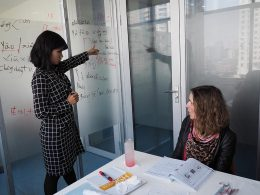 Professora e aluna na sala numa aula de chinês