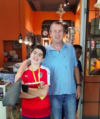 Peter pai e Peter filho num café em Chengde