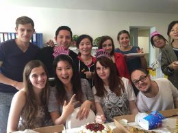 Professores e estudantes comendo bolo e pizza