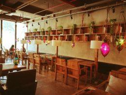 Aulas têm lugar em vários cafés pela cidade