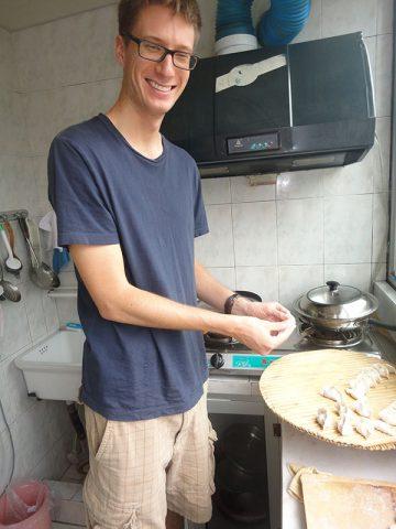 Fazendo bolinhos de massa chinesa (饺子) na casa de uma família anfitriã