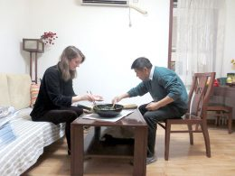 Dividindo o jantar numa casa de acolhimento em Chengde