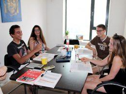 Estudantes aproveitando sua aula de chinês