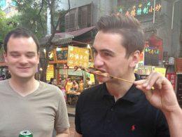 Provando comida de rua em Pequim