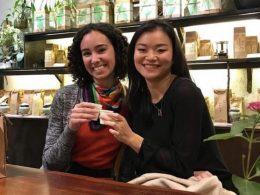 Callie e sua amiga num café em Xangai
