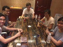 Jogando cartas com os locais em Chengde