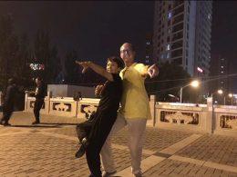 Piotr curtindo uma dança em Chengde