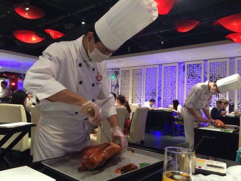 Pato de Pequim preparado na frente dos seus olhos