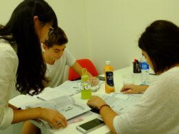 Professora com dois alunos numa aula de chinês em Xangai