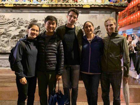 Niamh com sua família de acolhimento e amigos da LTL