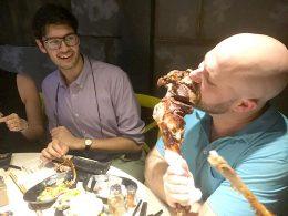 Devorando a comida deliciosa de Xangai