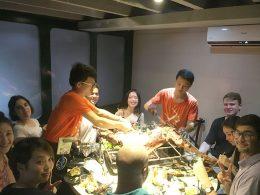 Professores e alunos dividindo comida em Xangai