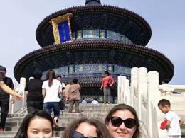 Marie, Jasmine e Christina apreciando as vistas de Pequim