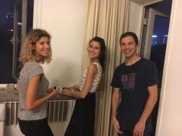 Estudantes italianos curtindo uma festa em casa em Pequim