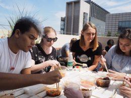 Jean Paul, Katherine, Anna e Cristina desfrutando do almoço no terraço