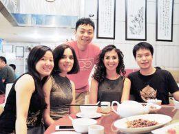 Professores e alunos aproveitam uma refeição da noite de quarta-feira juntos