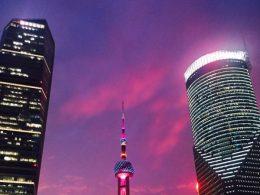 Luzes brilham à noite em Xangai