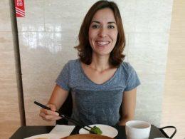 Nadia apreciando as iguarias locais em Xangai