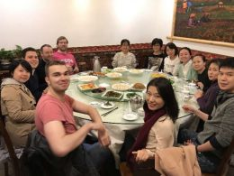 Professores, pessoal e estudantes se juntam para jantar